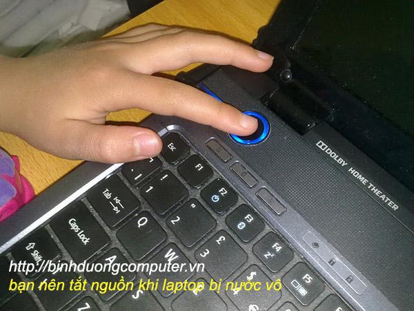 tắt nguồn laptop khi bị nước vào